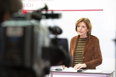 Ministerpräsidentin Malu Dreyer informiert auf einer Pressekonferenz über die Notwendigkeit eines Shutdowns bis hinein ins neue Jahr.